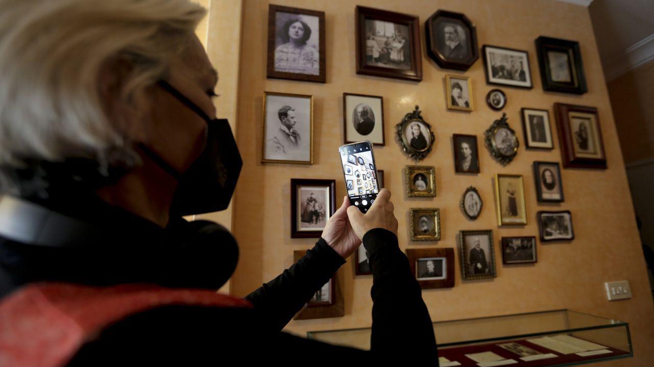 Xulia Santiso, conservadora de la Casa-Museo Emilia Pardo Bazán, saca una foto al mural que diseñaron durante el confinamiento y que acaban de estrenar en la sala que recrea el despacho de la escritora en la calle Tabernas. Lo han bautizado como «Unha habitación propia»