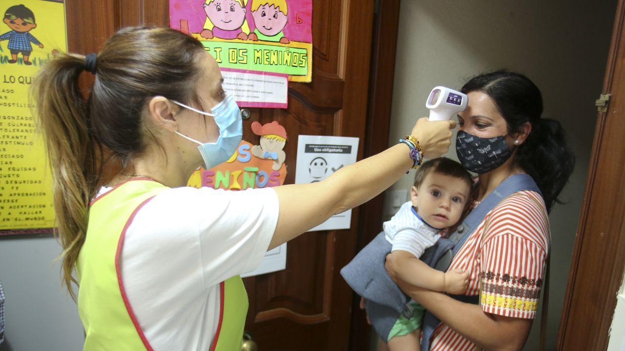 El personal de Os Meniños, en Ferrol, toma la temperatura a adultos y niños