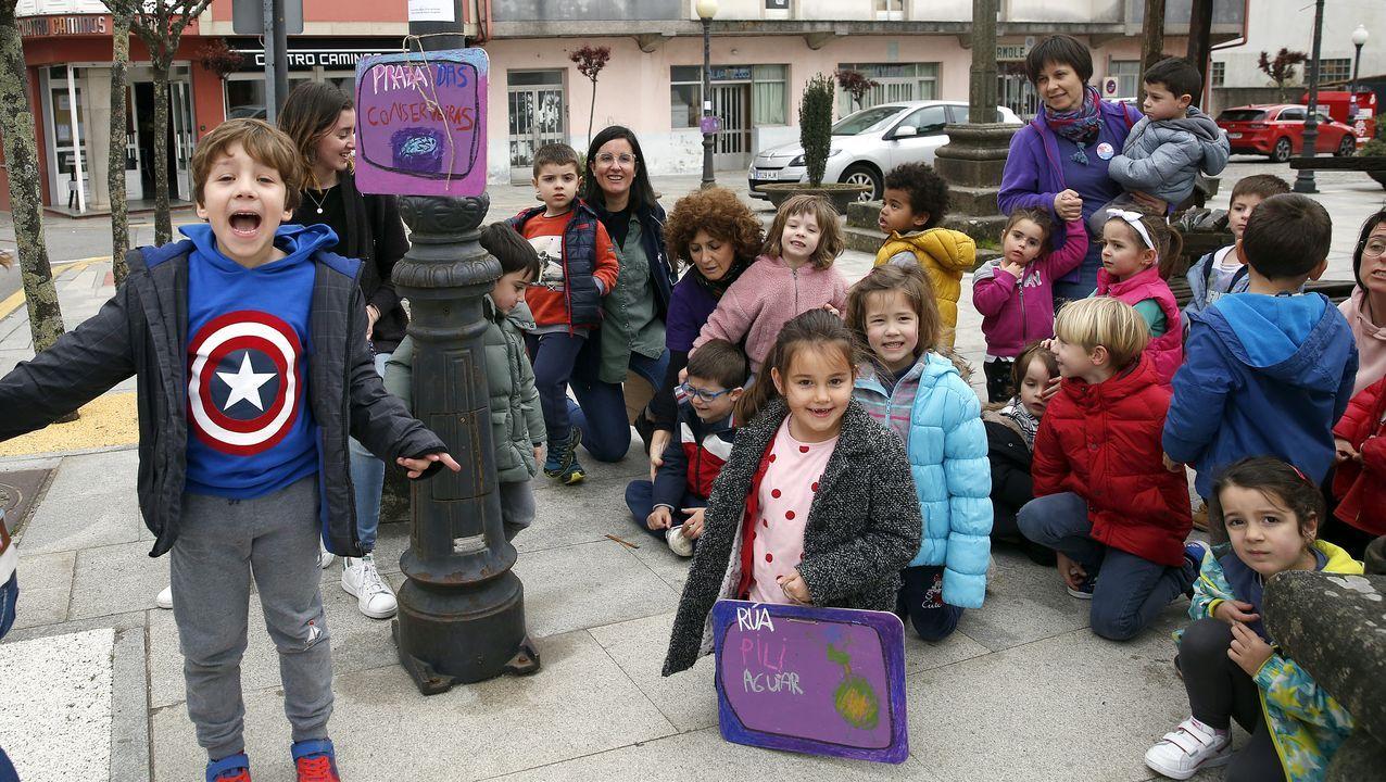 Escolares de Rianxo colocan varias placas de mujeres ilustres rianxeiras en Taragoña.Valentín González Formoso