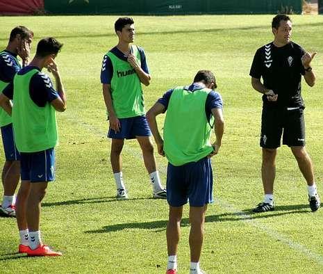 José Manuel Aira (derecha) en uno de los entrenamientos con el club pimentonero.