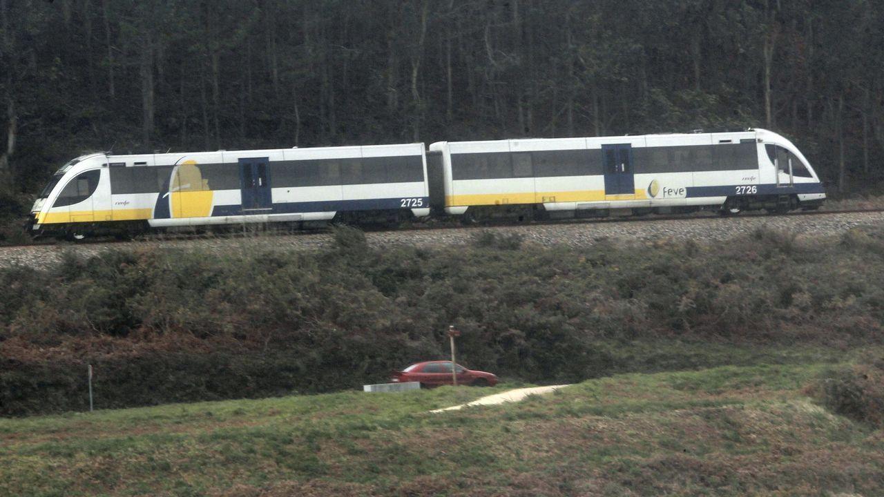 Los vecinos de Seixalbo soportan de madrugada las obras del AVE.Un tren Feve, en una imagen de archivo