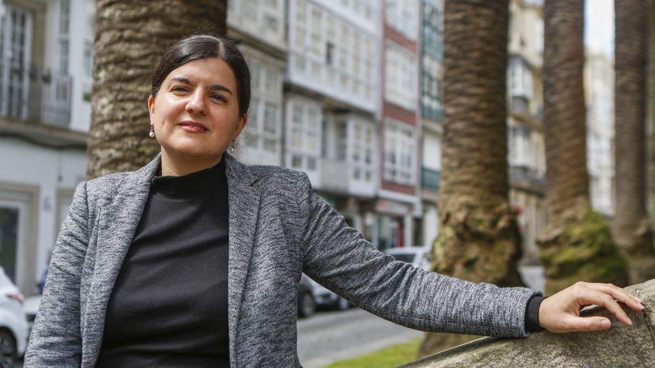 Casa Carnicero acrecienta la leyenda del arquitecto maldito de A Coruña.Carmen Pérez Parapar, retratada en la plaza de Amboage de Ferrol