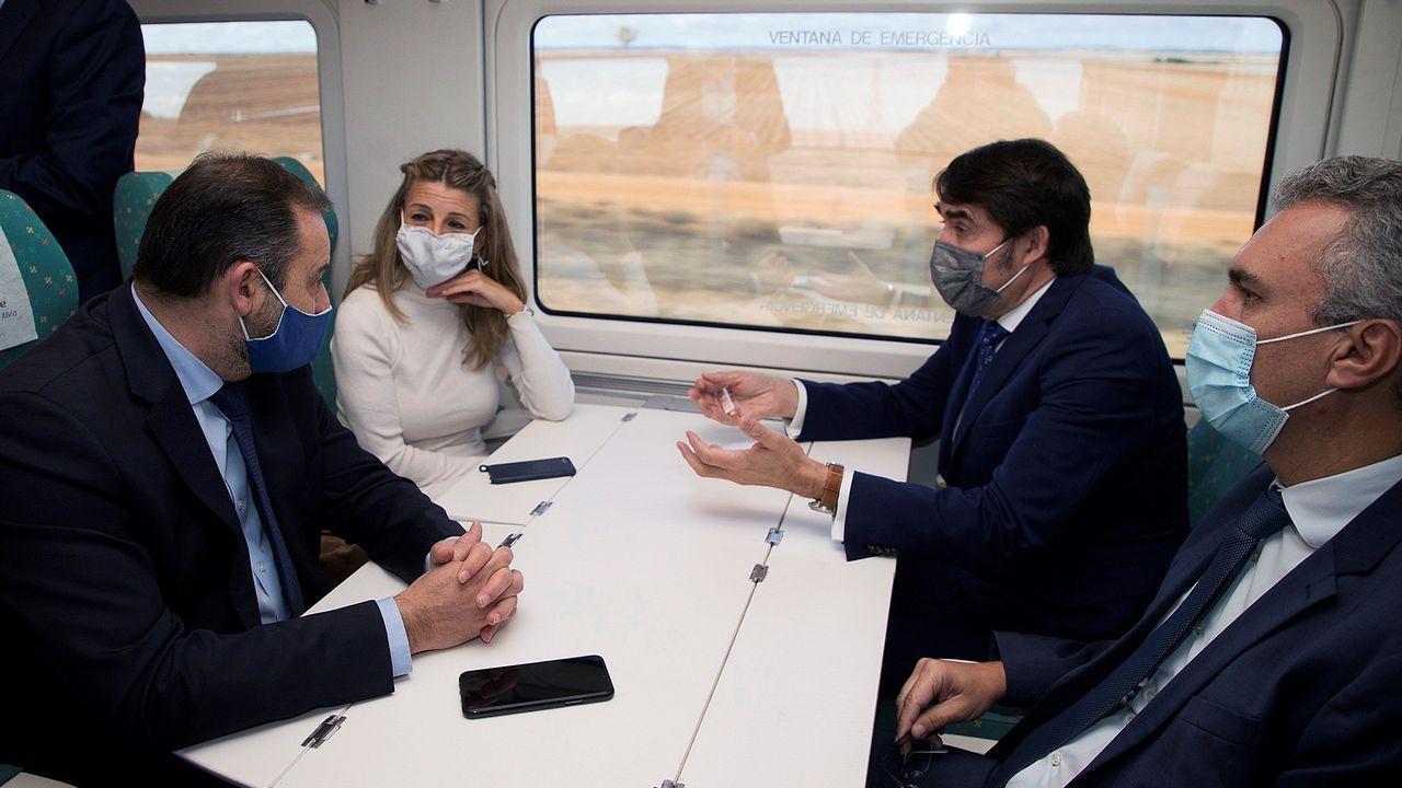 Llegada del tren Alvia con destino Madrid a Vilagarcía.El ministro de Transportes y la Ministra de Trabajo recorriendo en tren el tramo entre Zamora y Pedralba en la mañana del lunes