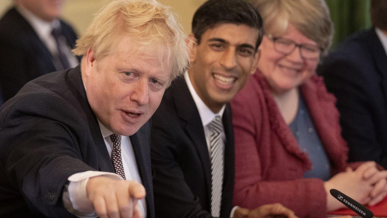 Traslado de los polizones desde el puerto de Vigo.Boris Johnson, este viernes, junto a su nuevo ministro de Economia, Rishi Sunak