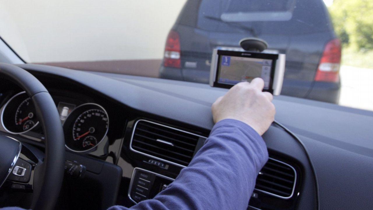 ¿Qué nuevas medidas de Tráfico se aprobarán mañana?.Una alumna de autoescuela, preparándose para el examen de conducir