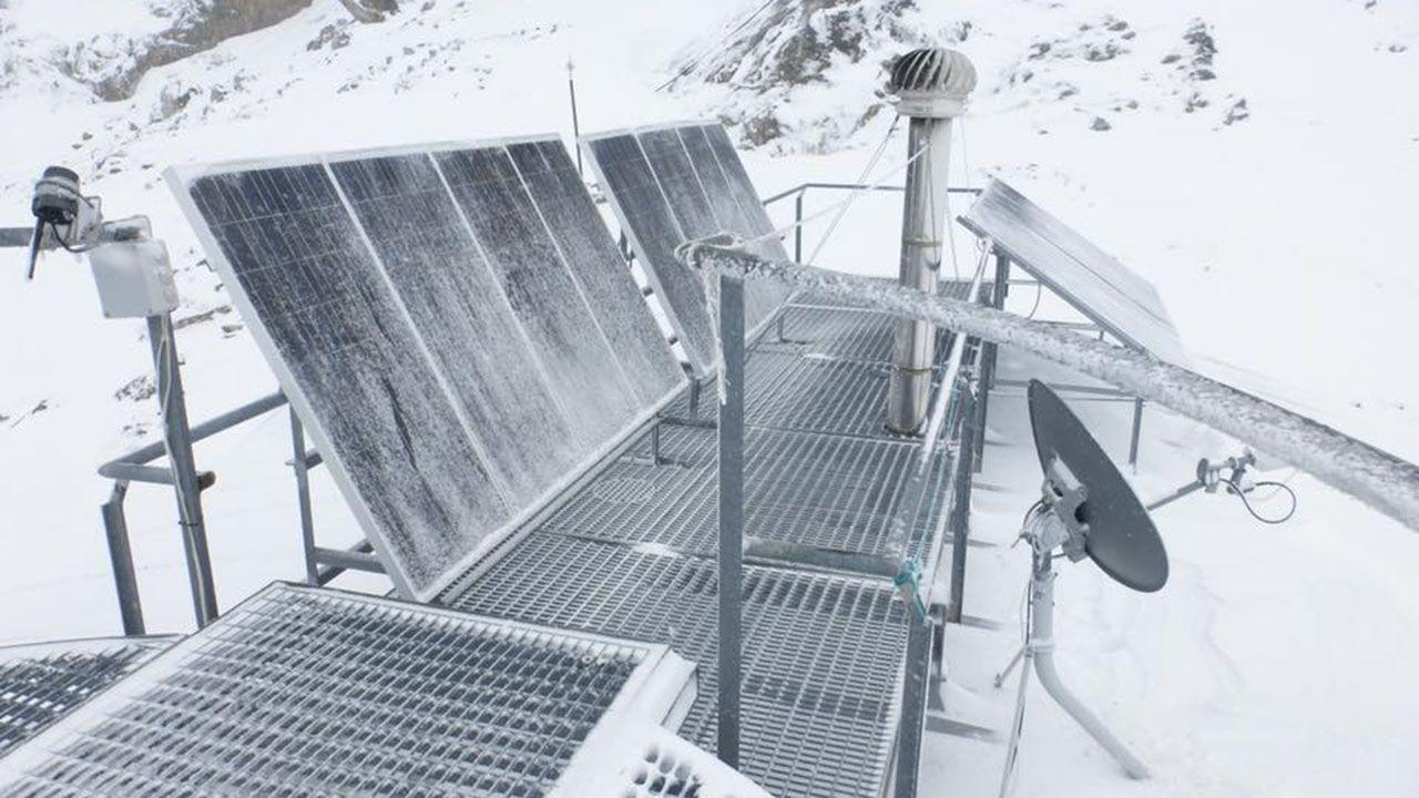 Las placas del refugio Uriello completamente heladas y cubiertas por la nieve