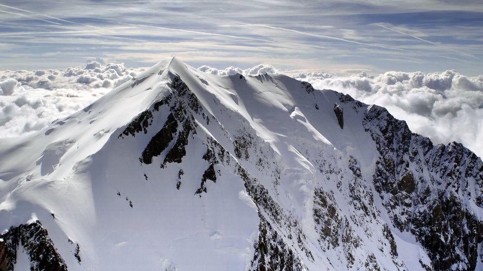 Cuatro rutas estrella en la Ribeira Sacra.Un grupo de excursionistas para por la margen de la laguna glaciar de Lucenza.