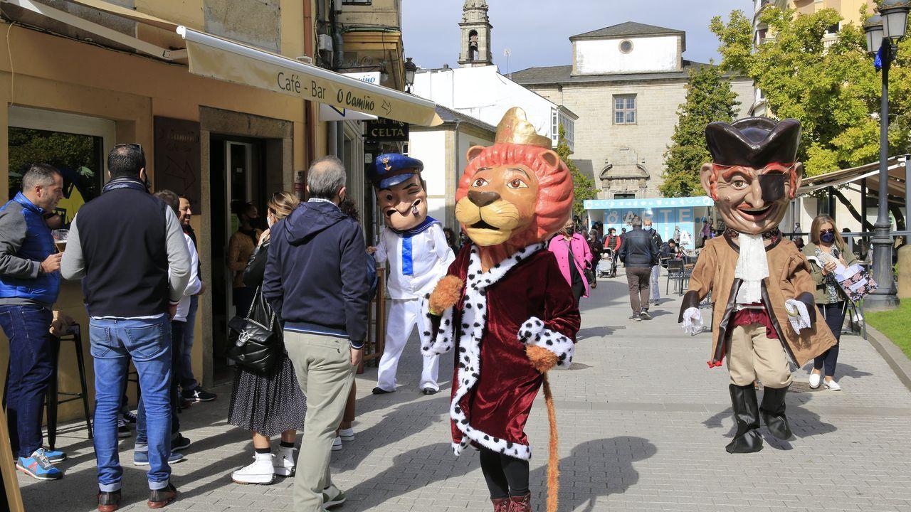 Buenos y malos ejemplos de intervenciones en plazas y calles de Lugo.El desfile de los cabezudos animó la zona histórica de la ciudad
