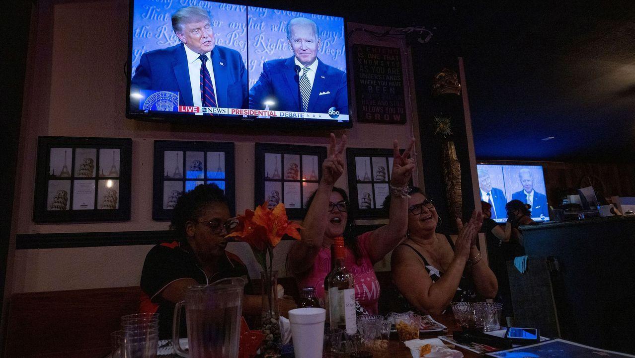 Trump se contagia de COVID-19 tras negar durante meses la gravedad de la pandemia.Tres seguidoras de Trump ven el debate electoral en City of Industry (California)