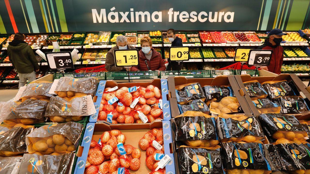 Eroski inaugura las instalaciones del nuevo supermercado en Burela.Imagen de archivo del Eroski en Ribadeo, hipermercado, en el polígono de Vilar