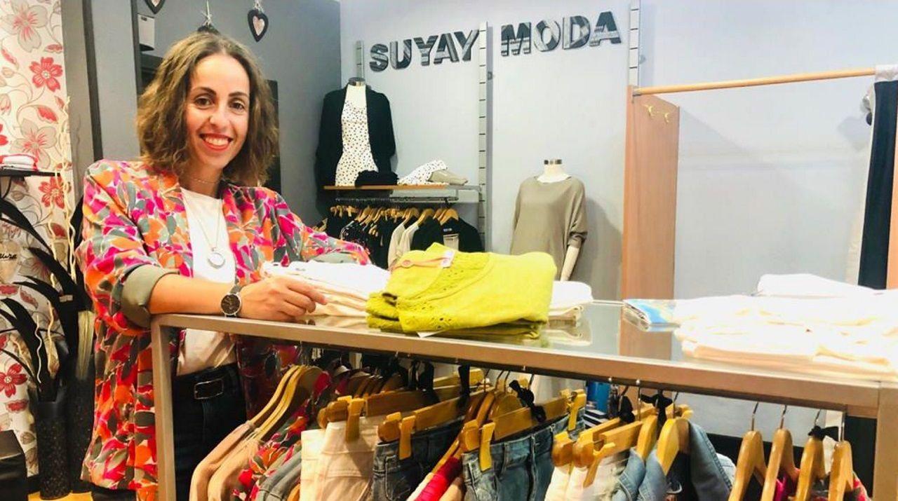 Sandra Lorenzo regenta una tienda de moda y complementos en el centro de Sada