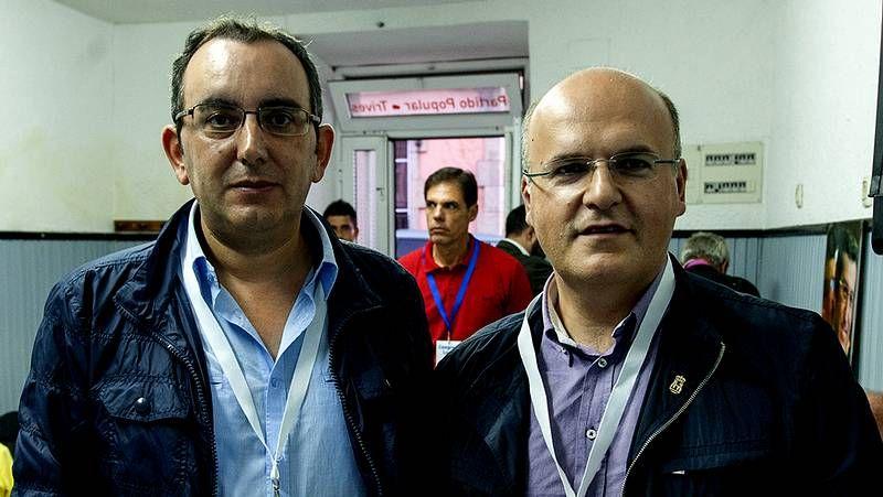 Pérez (izquierda) con José Manuel Baltar, el día en que fue elegido presidente local del PP en Trives