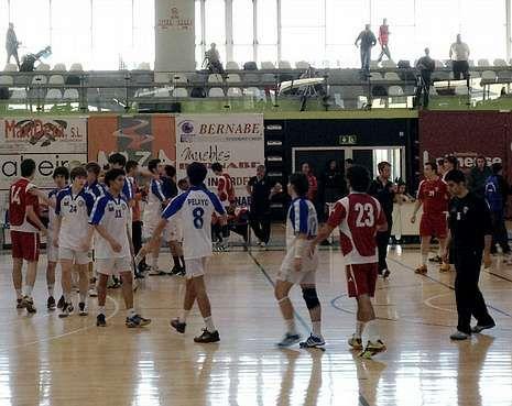 El Clínica Deza pierde en un partido igualado ante el Alcobendas.Los jugadores de ambos equipos se saludan al final del partido.