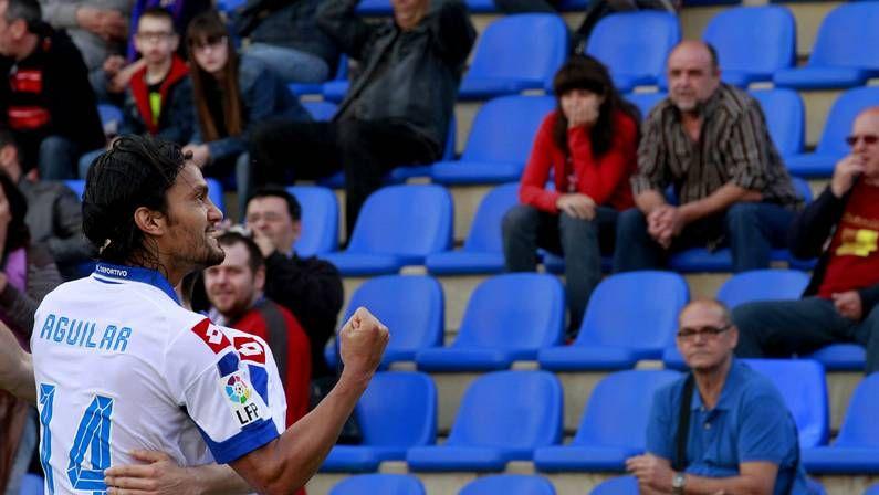 Buen ambiente y pruebas físicas en el entrenamiento del Dépor.Abel Aguilar festeja un gol contra el Levante