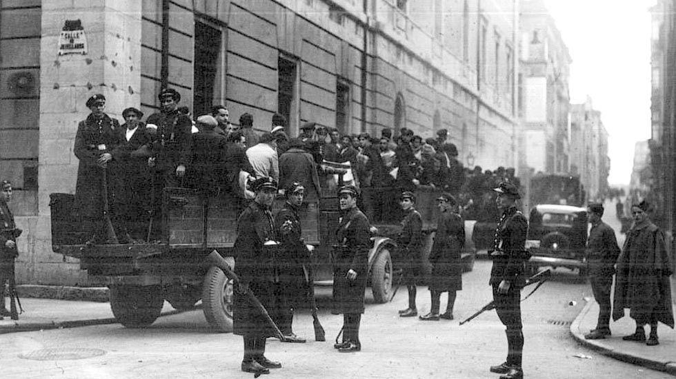 El alcalde de Siero, Ángel García «Cepi», en la sede del PSOE.Soldados se llevan detenidos a revolucionarios de Asturias en 1934