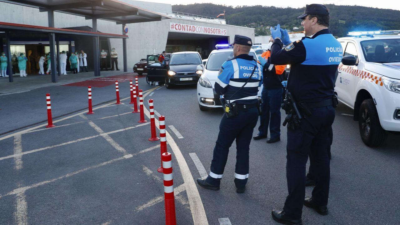 Policía local, bomberos y miembros de Protección Civil aplauden a los trabajadores del Hospital Central de Asturias (HUCA)