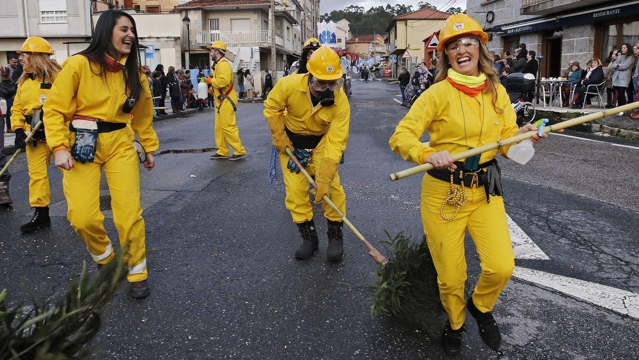 Sátira política, baile y samba en el desfile de Carnaval de Poio