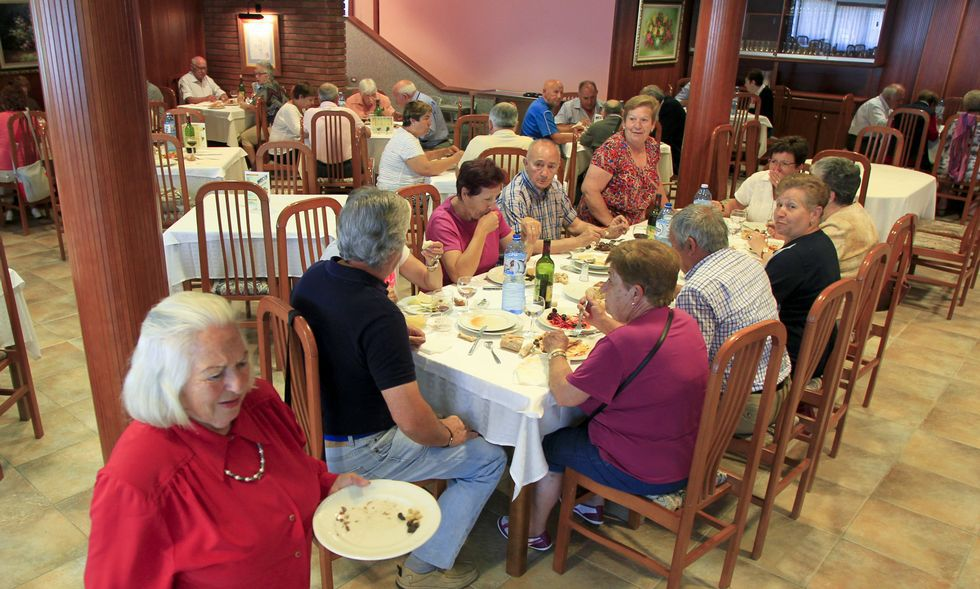 En la imagen, tomada ayer, un grupo de jubilados disfruta de la comida en el Hotel Sarga.
