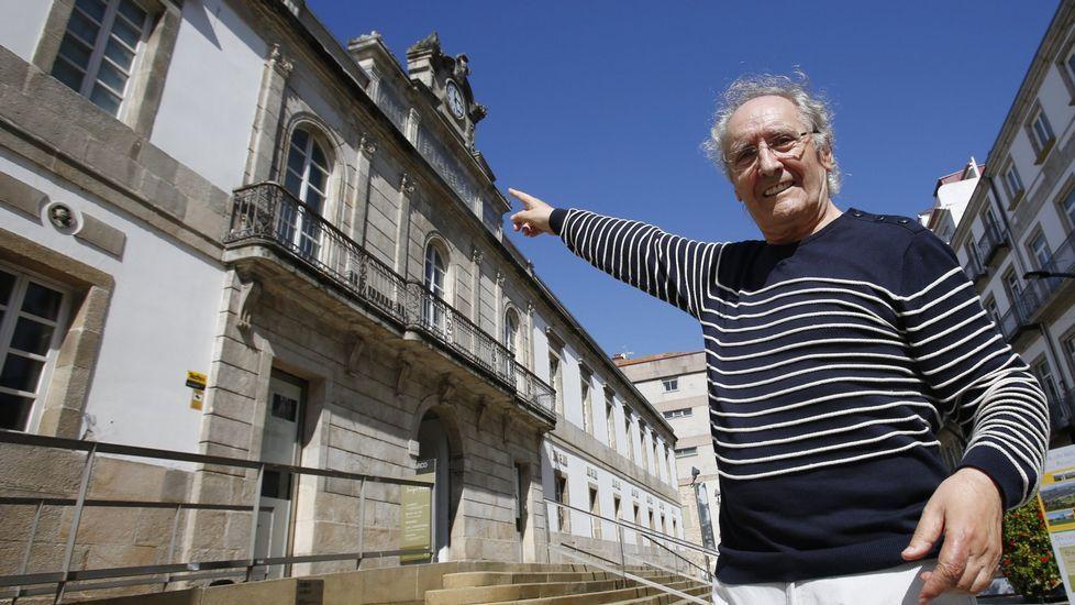 Carlos Núñez ante la antigua cárcel de Vigo, hoy museo Marco