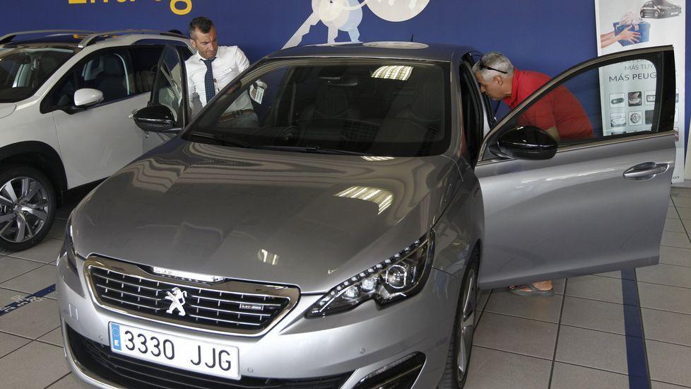 Pasos para reclamar la cláusula suelo.Entrega de un vehículo recién comprado en un concesionario Peugeot de Vigo.