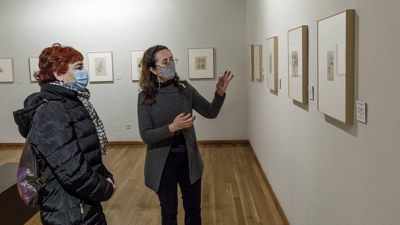 A vicepresidenta da Deputación, Maite Ferreiro, visitando a exposición