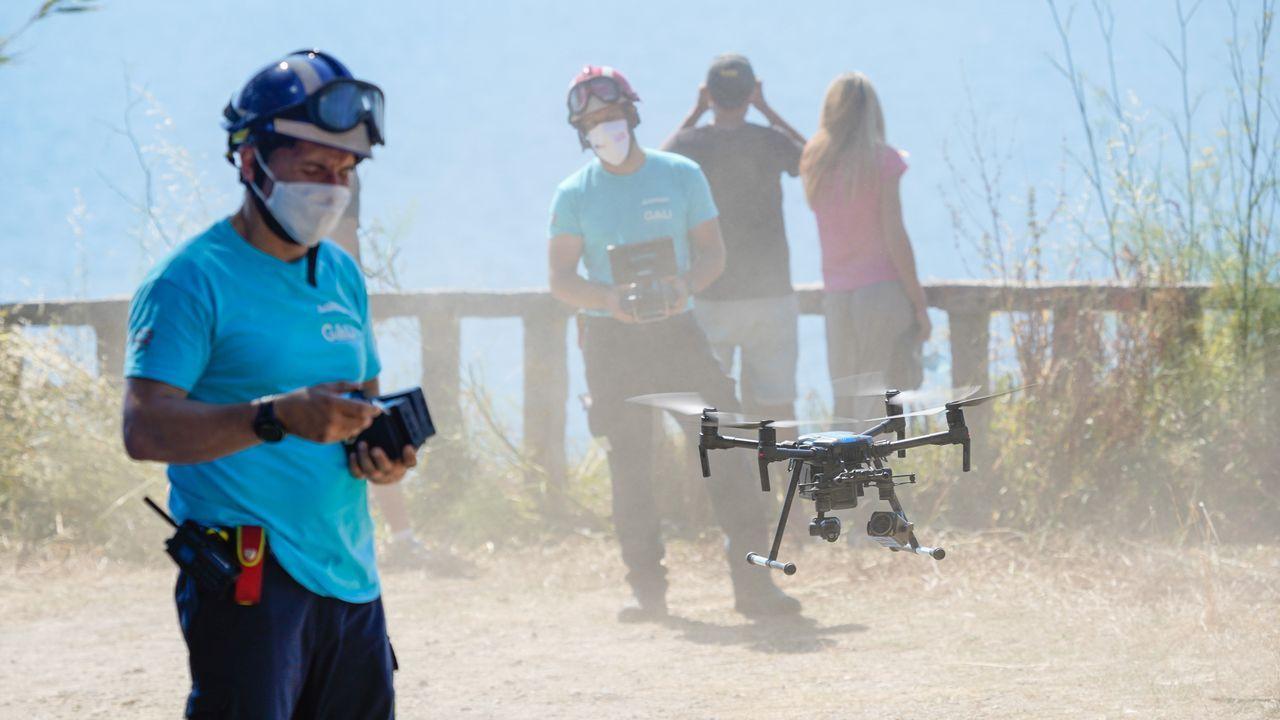 Un profesional de Axega hace volar el dron utilizado en la búsqueda de los jóvenes