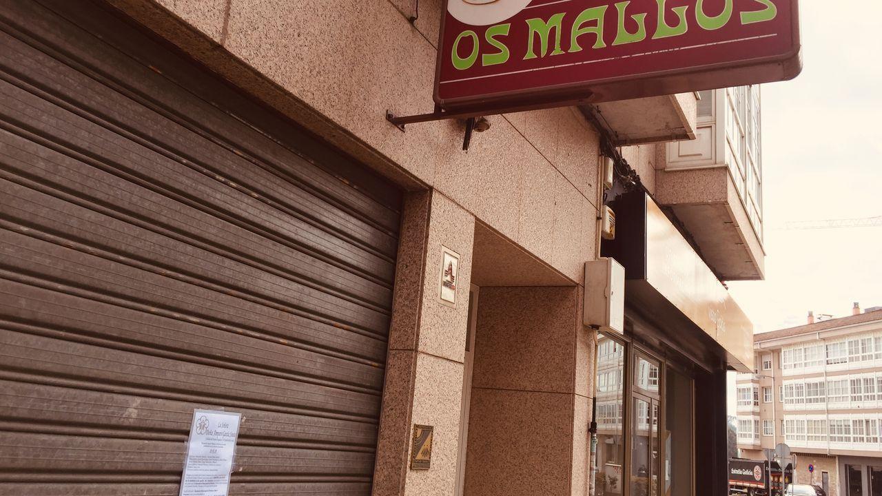 El bar Os Mallos, en la calle Xosé Pasín de Conxo, estará cerrado por la defunción de la señora que falleció atragantada porque lo regenta una de sus hijas
