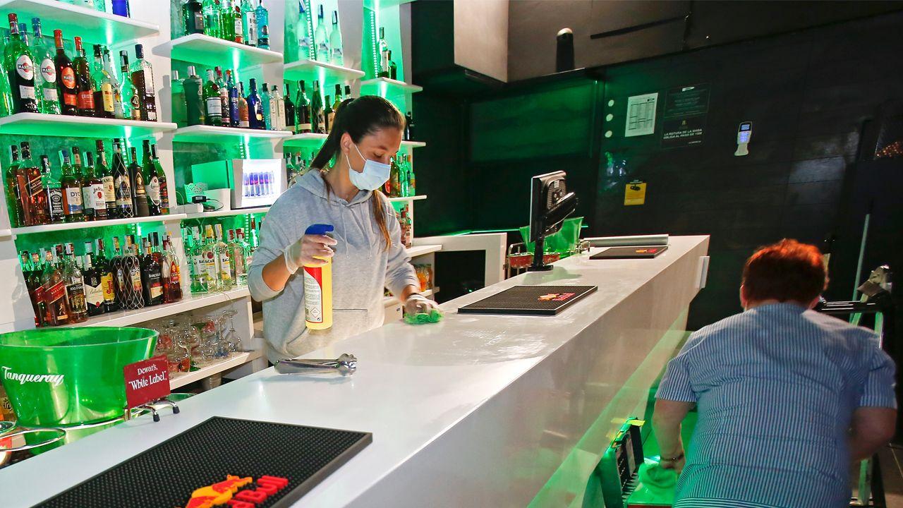 Limpieza y preparativos para la apertura en un local de Pontevedra