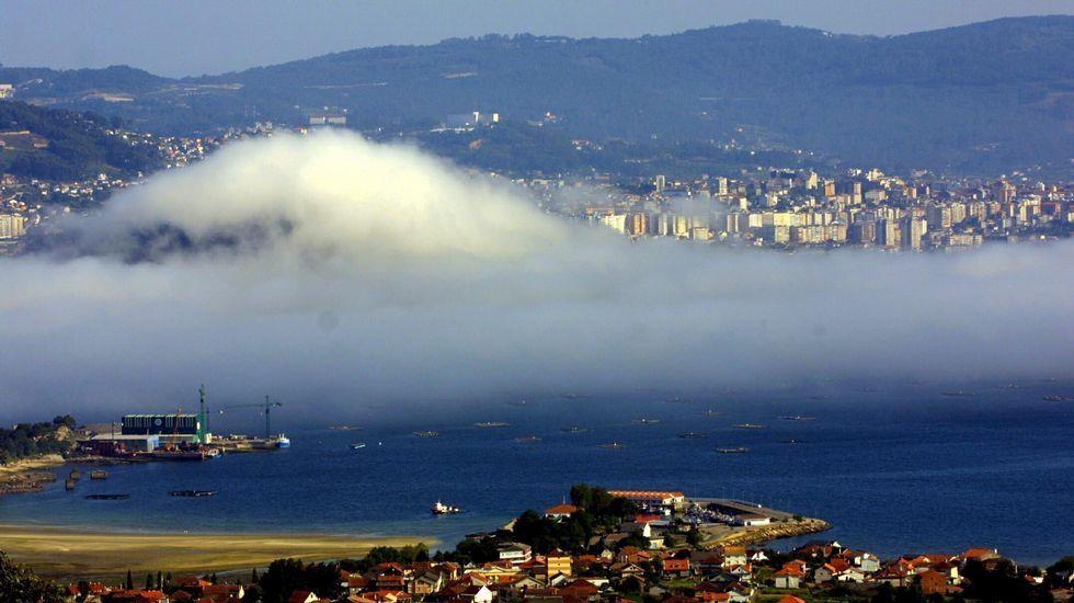 Amanecer con niebla en Vigo desde Moaña.