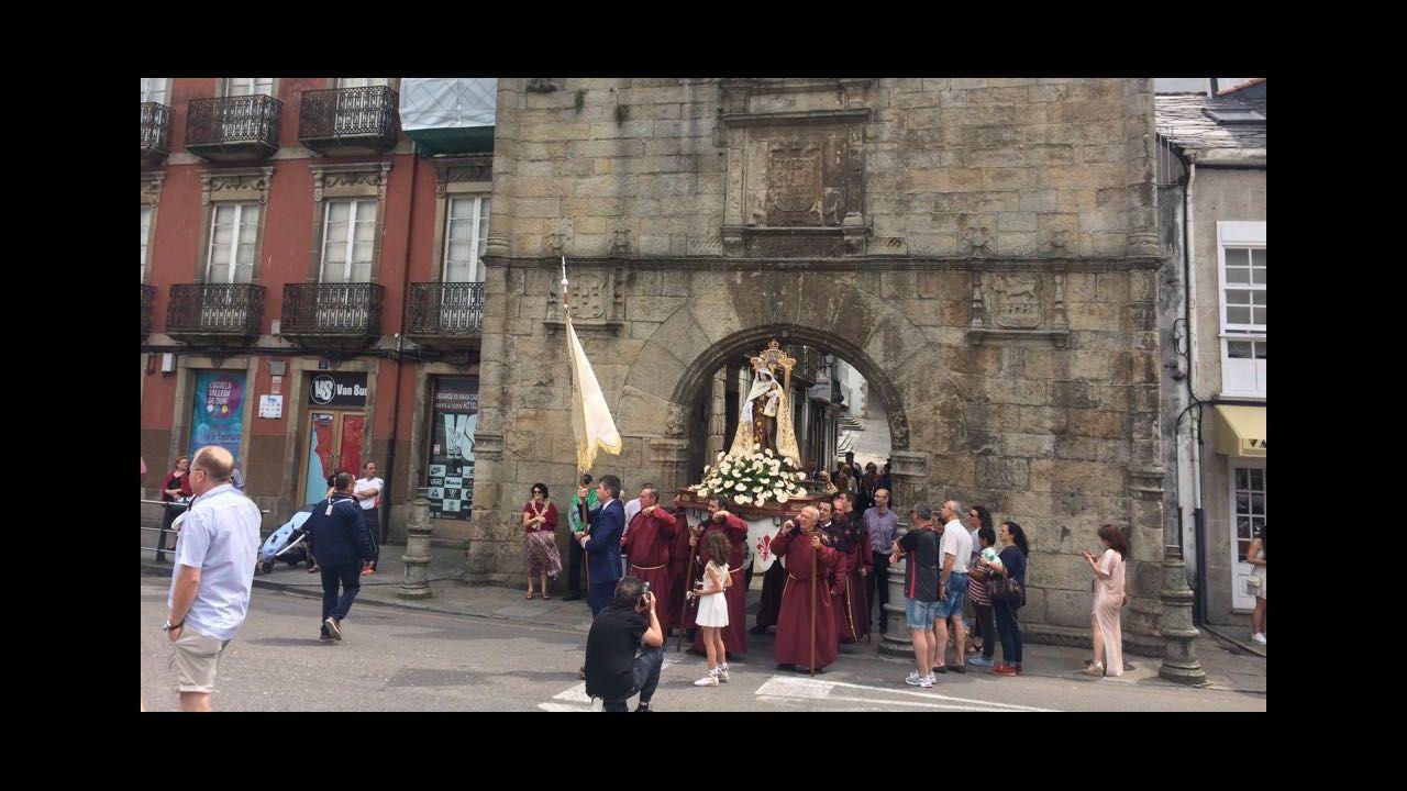 La Virgen del Carmen de A Pescadería procesionó a cubierto por la lluvia.Continúa hasta el domingo el festival TangoLiber