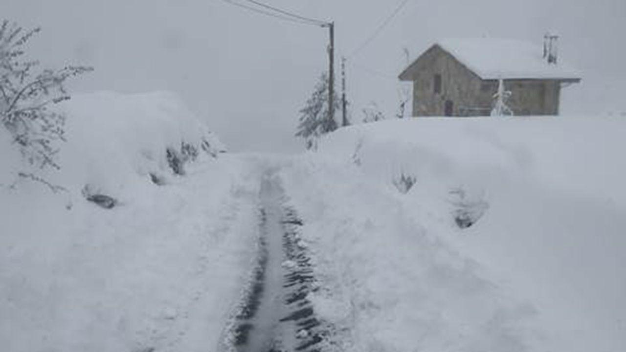 Temporal de nieve en Pedrafita do Cebreiro.Carretera nevada en Somiedo
