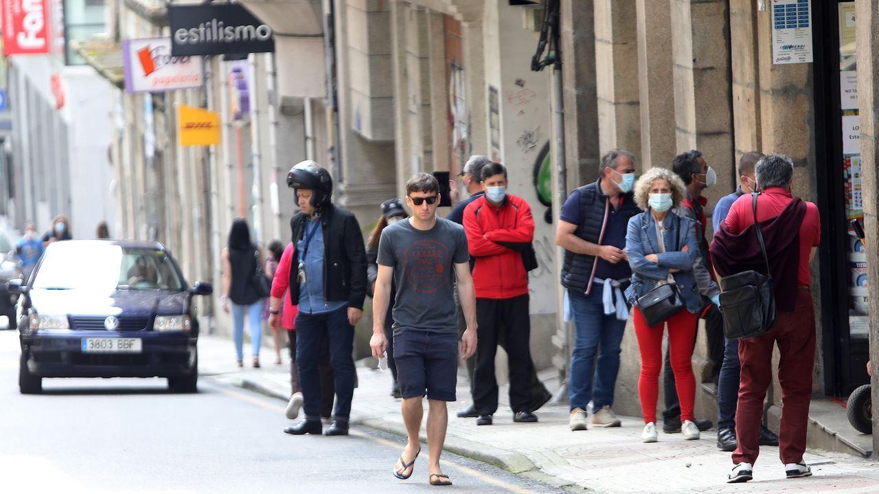 Gente sin mascarilla en la calle del Progreso, en Vigo