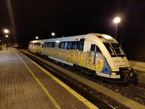 Una marea morada apoya a Blanca Cañedo.Imagen de un tren dañado por grafiteros esta misma semana en la estación de Ortigueira