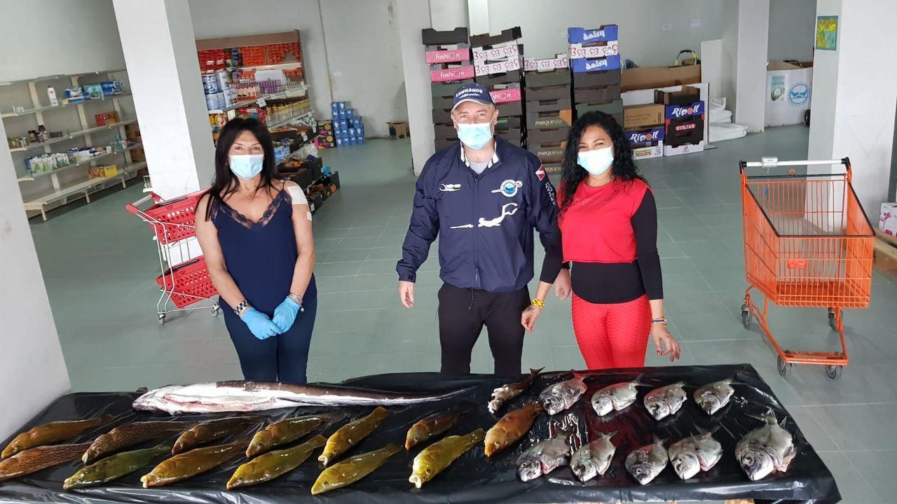 Donación de un pescador recreativo, Iván Pérez, al banco de alimentos de Foz