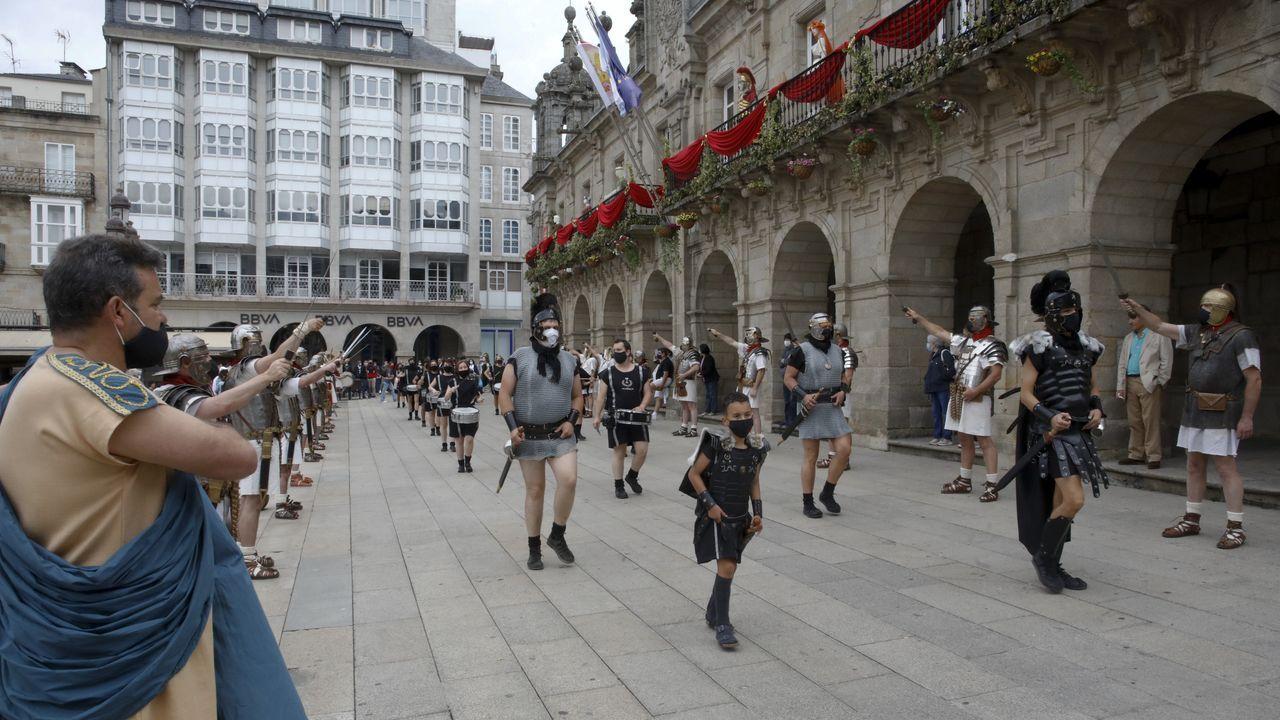 A Cohors II Lucensium e a Guardia Pretoriana percorreron o casco histórico e fixeron unha homenaxe floral na Mosqueira