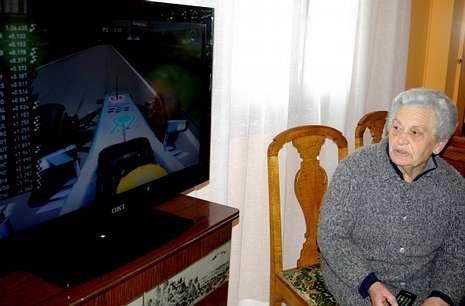María Luisa, vecina de Trasanquelos, se resigna a ver la fórmula 1 contra su voluntad.