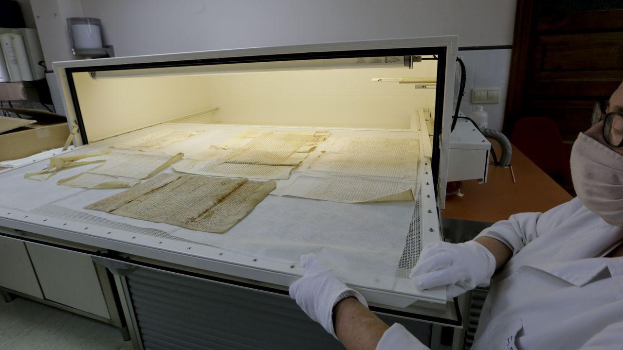 Pergaminos en una máquina de humectación, para su restauración