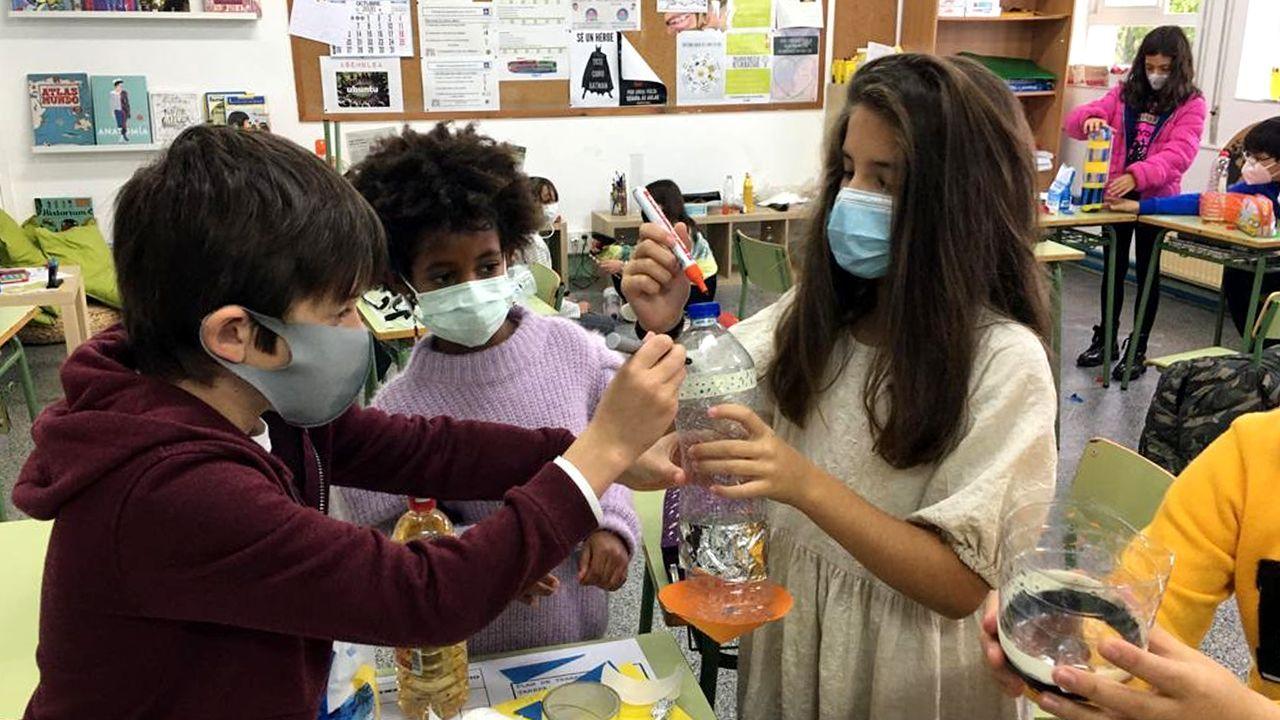 Vacunación contra el covid en Bembrive, Vigo.Un grupo de alumnos del centro educativo de Tui llevan a cabo un experimento.