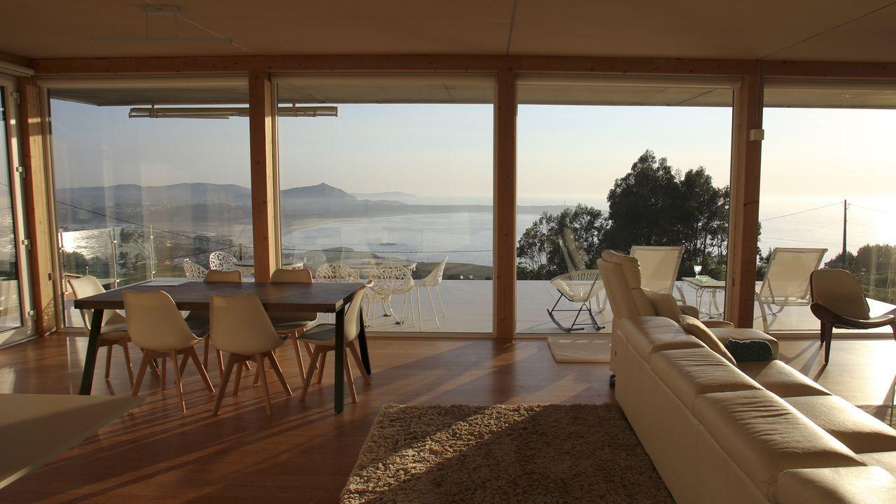 La primera casa pasiva de Galicia con certificación del Passivhaus Institut.Un armazón de andamios rodea la Cocina Económica, en cuya cubierta trabajan ya los obreros