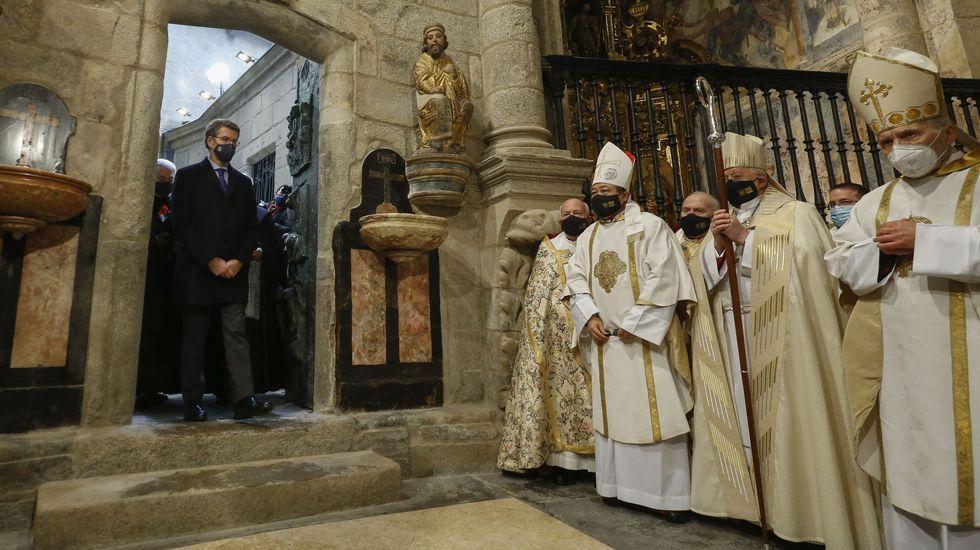 El presidente de la Xunta, Alberto Núñez Feijoo, que actuó como delegado regio, entra en la catedral por la Puerta Santa