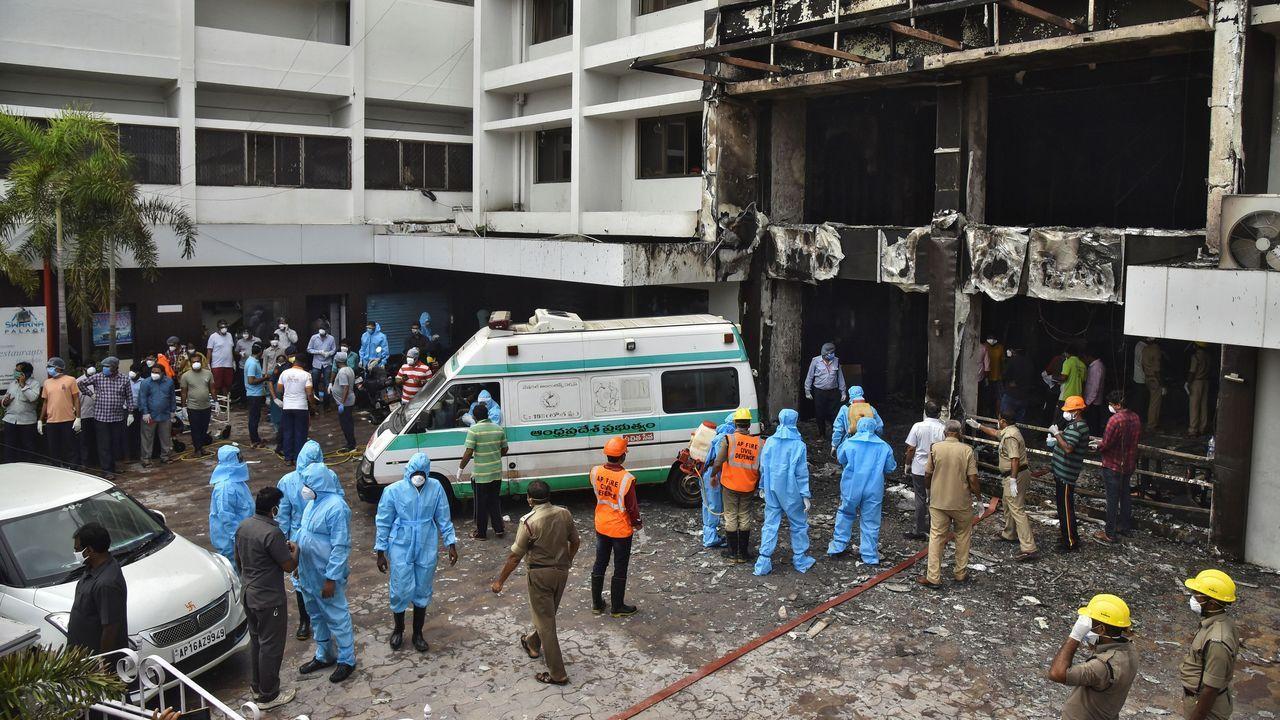 Personal de rescate busca sobrevivientes después del incendio en un hotel que era utilizado como hospital para atender pacientes por coronavirus en el estado de Andhra Pradesh, India