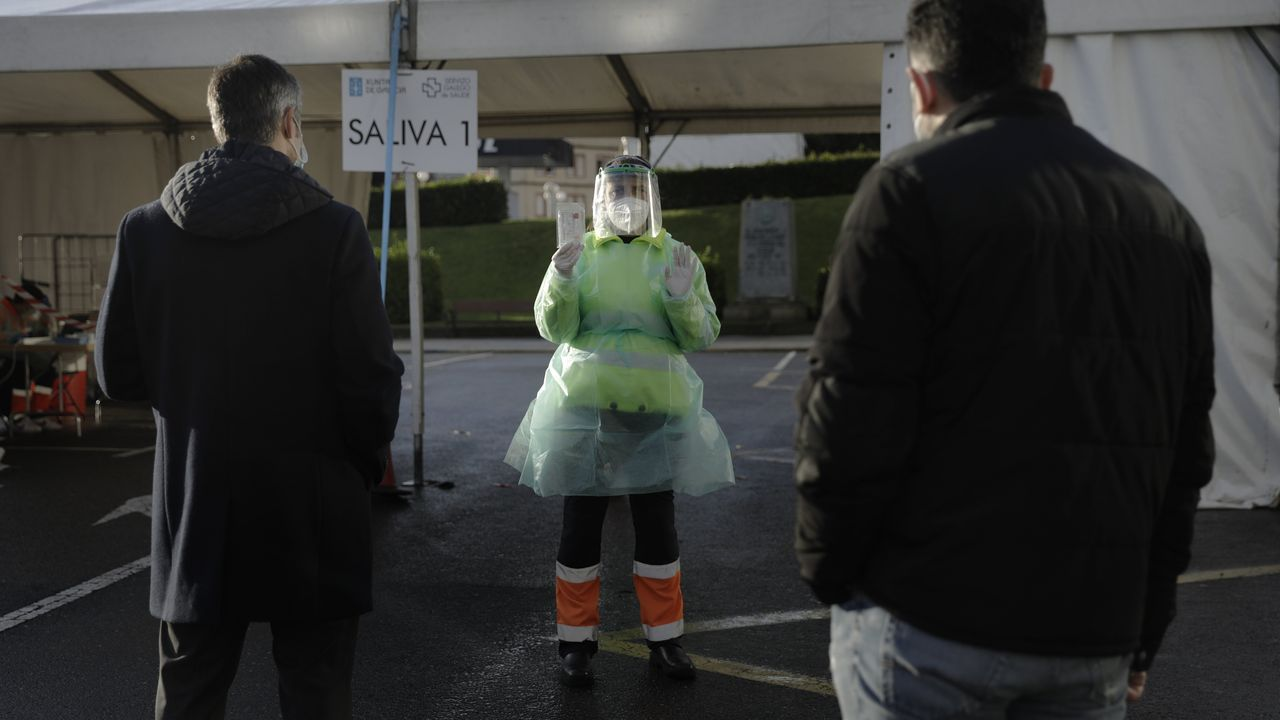 Cribado masivo mediante test de saliva en la explanada de Riazor, en A Coruña