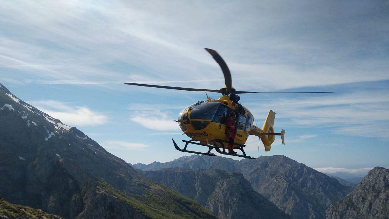 Un abogado de Oviedo recibe una brutal paliza de un maltratador.Helicóptero medicalizado del SEPA en pleno rescate