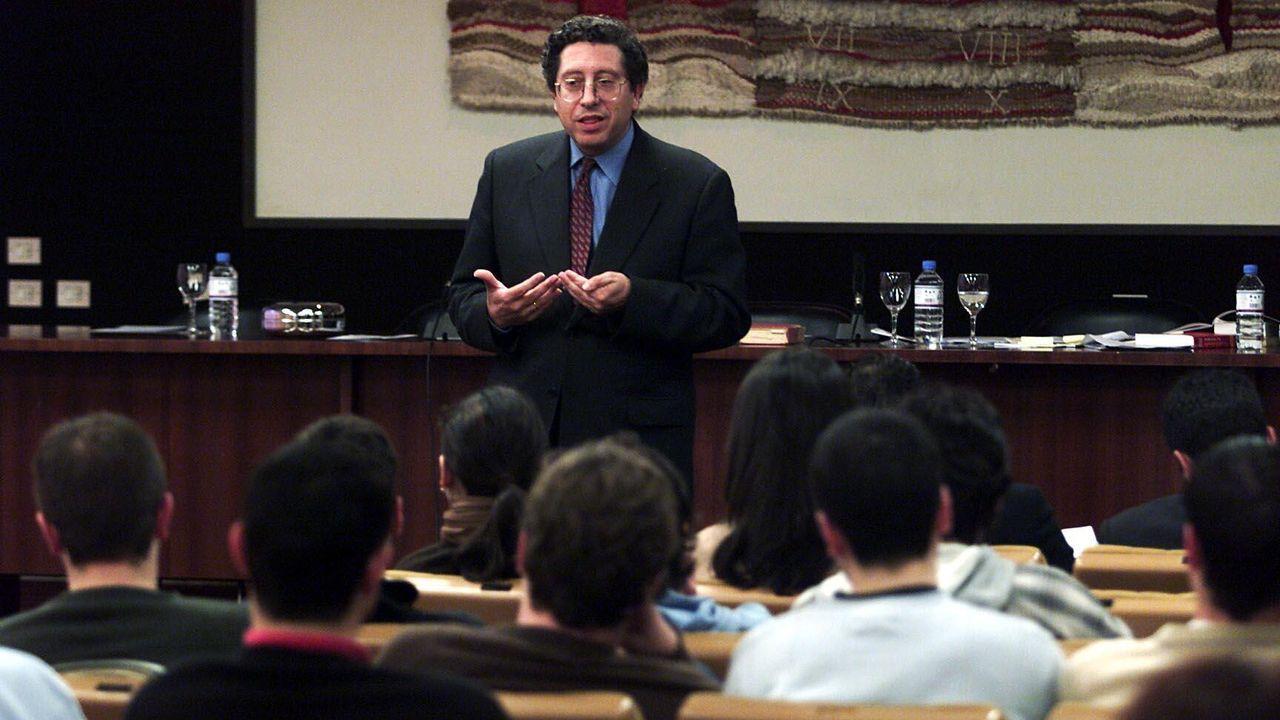 Antonio Cascante, impartiendo una conferencia en el 2002 sobre derecho en la red e Internet