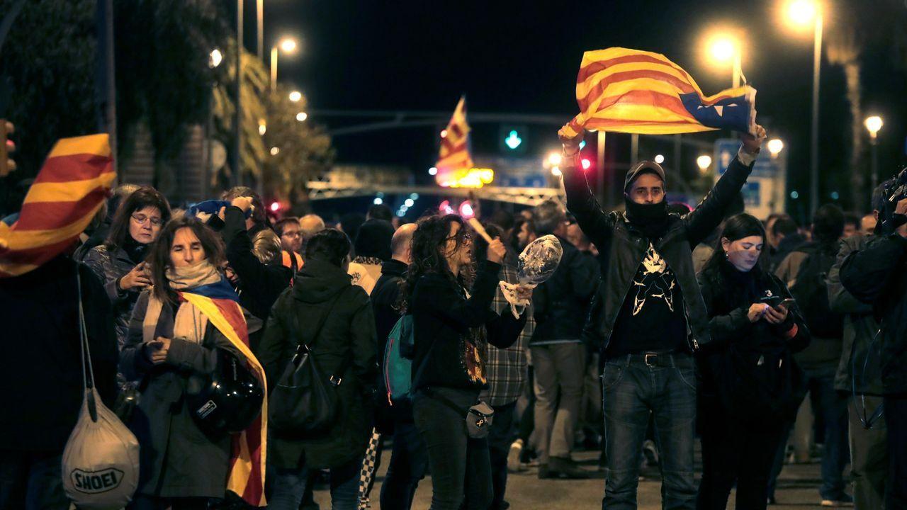 Los CDR convocaron anoche una cacerolada frente al Hotel Juan Carlos I y el Palau de Congresos de Cataluña para protestar por la visita del Rey a Barcelona