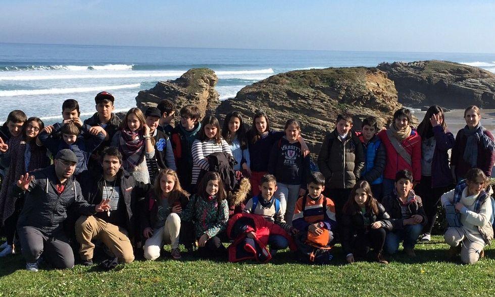 Los alumnos de Boimorto, Arzúa y Sobrado dos Monxes hicieron una parada en la playa de As Catedrais.