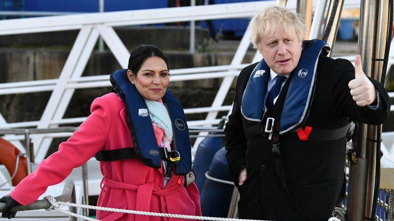 Gibraltar ensaya la nueva normalidad.Boris Johnson, con su ministra del Interior, Priti Patel