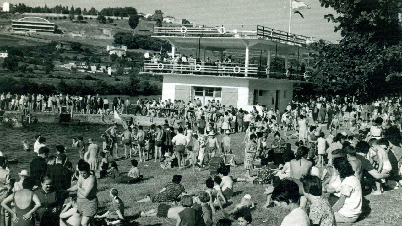 El Club Fluvial en blanco y negro.Prueba de piragüismo «Entre pontes» en el río Lérez, en Pontevedra