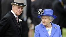 La reina Isabel II de Gran Bretaña  y su esposo, el príncipe Felipe, el duque de Edimburgo, asistiendo en el 2012 a la reunión del Derby en el hipódromo de Epsom