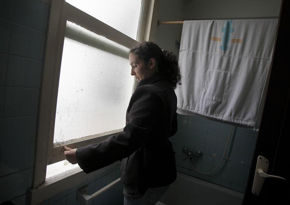 Noa, la perrita «deshauciada».Un grupo de padres se concentró ante el colegio de A Rabadeira antes de la reunión.
